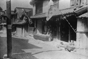 大正末期から昭和初期と思われる赤絵町付近の陶器市風景。手前には品評会の旗、奥には有田焼大売り出しの旗が見える(写真・鶴田周之助さん提供)