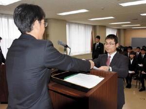 リクルーターの交付を受ける若手警察官たち=佐賀市の県警本部