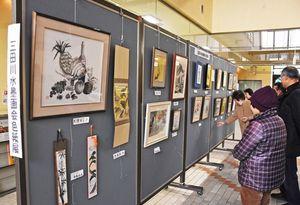 約40点の作品が並ぶ三田川水墨画会の色紙展=吉野ヶ里町中央公民館
