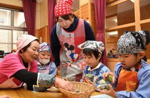 1食に摂取する野菜の手ばかり体験をする園児たち=神埼市神埼町の西郷保育園