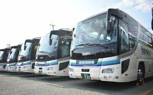 貸し切りバスが並ぶ祐徳自動車の佐賀営業所=佐賀市