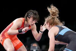 女子57キロ級決勝 ベラルーシのイリーナ・クラチキナ(右)と対戦する川井梨紗子=幕張メッセ