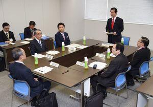 リレー方式による九州新幹線長崎ルートの暫定開業について協議した関係6者=2016年3月29日、福岡市博多区の九州運輸局