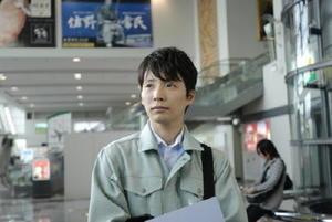 佐賀県のフィルムコミッション職員役を務める星野源(ドラマの一部から)