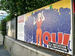 スイスの国民投票で、EU諸国との「人の移動の自由」の協定破棄に賛同を呼び掛けるポスター=8日、ジュネーブ(共同)