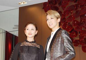 博多座2月公演に向けPRに訪れた宝塚歌劇団宙組の真風涼帆さん(右)と星風まどかさん=福岡市のグランドハイアット福岡