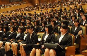 来賓の祝辞に耳を傾ける4月に開設された看護学部の入学生ら=佐賀市の佐賀市文化会館