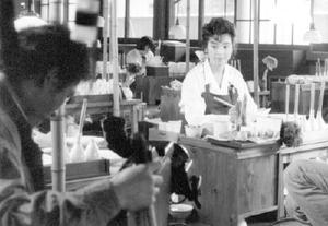 窯元の職人にふんしてドラマ収録中のかたせ梨乃さん=1988(昭和63)年10月、有田町の柿右衛門窯