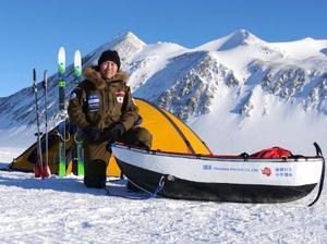無補給単独歩行での南極点到達を目指す荻田泰永さん=16日、南極大陸のユニオングレーシャー基地(遠征事務局提供)