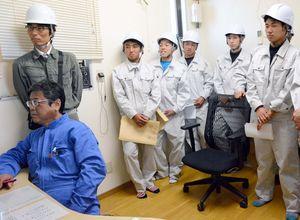 コンクリート工場のコンピューター操作室を見学する生徒たち=神埼市