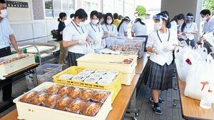 農産物や手作りのクッキーなどを袋に詰める生徒たち=佐賀市の高志館高