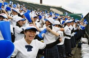 優勝が決まり、仲間と喜びを分かち合う唐津商の生徒たち=佐賀市のみどりの森県営球場