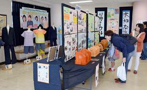 児童生徒が授業で作った力作に見入る来場者=佐賀市の県立ろう学校