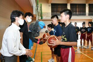 【動画】バルーナーズがボール贈呈 佐賀市の城南中・男子バスケ部に