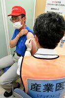 新型コロナワクチンの職場接種が始まり、工場敷地内の事務所で産業医からワクチン接種を受ける従業員=21日、鳥栖市のブリヂストン鳥栖工場(撮影・山口源貴)