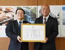 樋口久俊市長(左)から感謝状を受け取る岡田電機の栗田博昭代表取締役=鹿島市役所