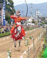 勢いよく馬場を駆けながら的を狙う射手=武雄市の武雄神社