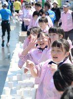 「頑張って!」。力走するランナーに給水スタッフが声援で後押し=神埼市神埼町の給水所