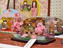 芦刈町会場のひな人形。文化連盟の会員たちによる力作も並ぶ=小城市の芦刈地域交流センター・あしぱる