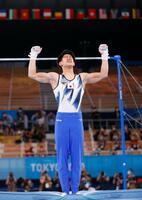 男子個人総合決勝 鉄棒の演技を終え、ガッツポーズする橋本大輝。金メダルを獲得した=有明体操競技場