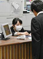 マスクをつけて業務に当たる社員=佐賀市のJR佐賀駅