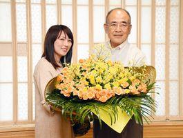 佐賀花市場の片岡まどかさんから花束を受け取る秀島敏行市長=佐賀市役所