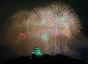 光のシャワー唐津彩る 九州花火大会