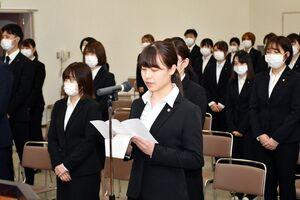 在校生を代表し、誓いの言葉を述べる中園千彩さん(中央)=佐賀市兵庫南の県医療センター好生館看護学院