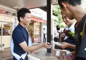 未成年の喫煙防止キャンペーンでポケットティッシュを配る未成年者喫煙防止協議会のメンバー=佐賀駅南口