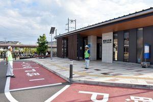 通学時間帯に駅周辺を見守るシルバー人材センター会員の伏木さん(右)=白石町の肥前白石駅