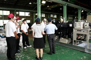 非常用発電機の製造過程を見学する唐津工業高3年生たち=唐津市千々賀のニシハツ