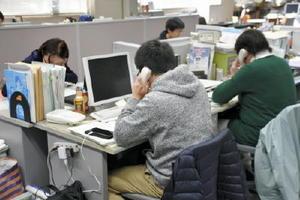 受け付け開始と同時に、入会申し込みの電話対応をするスタッフ=佐賀市の佐賀新聞社