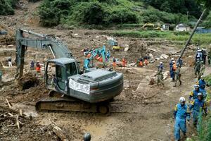 熊本県津奈木町の土砂崩れ現場で行方不明者の捜索をする警察、消防、自衛隊員ら=12日午後0時56分