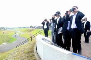 当時のイメージ映像が映るゴーグルで三重津海軍所跡を見渡す県議会の議連メンバー=9月30日、佐賀市川副町