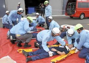 重傷と判断された模擬患者の応急処置をする消防署員ら=佐賀市の佐賀県消防学校