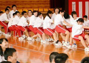 ぼた餅会恒例の綱引き対抗戦で力を振り絞る生徒たち=鹿島高体育館
