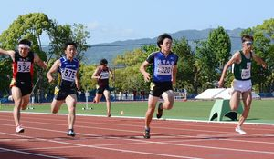 男子100メートル決勝 10秒60の大会新で優勝した佐賀大の宮田竜輔(右から2人目)=佐賀市の県総合運動場陸上競技場・補助競技場
