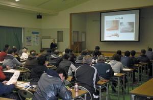 発達段階に応じたトレーニング法などを学ぶスポーツ指導者たち=佐賀市の県体育協会