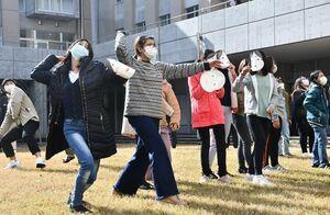 豆まきを体験する西九州大短期大学部の留学生たち=佐賀市神園の同大