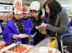 光樹とまとの販売を手伝う中川副小の児童たち=佐賀市のAコープ城南店