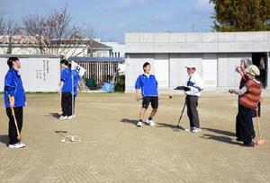 体育のグラウンドゴルフを楽しむ参加者と生徒たち=佐賀市の佐賀女子高校