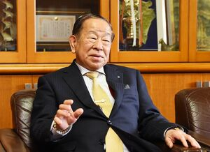 「西原村が熊本地震の復興のフロントランナーとなるように尽力したい」と話す日置和彦村長=熊本県西原村役場