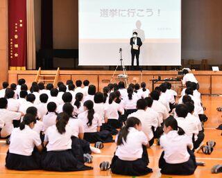 鳥栖高で主権者教育 佐賀新聞出前授業、3年生235人が模擬演説に耳傾け