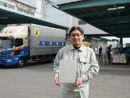 「精米HACCP」の認定証を手にする佐賀県食糧の堤忠昭生産管理課長。衛生管理を徹底することで、作業効率も向上しているという=佐賀市の同社