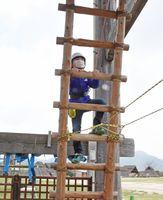 ヘルメットと命綱を身につけはしごを登った=神埼市郡の吉野ヶ里歴史公園
