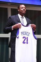 バスケットボール殿堂の発表でユニホームを手に笑顔のポール・ピアース氏=16日、米マサチューセッツ州スプリングフィールド(NBAE提供・ゲッティ=共同)