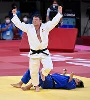 男子100キロ級決勝 韓国の趙グハム(下)を破り、金メダルを獲得したウルフ・アロン=日本武道館