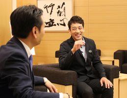山口祥義知事(左)と談笑する迫田孝也さん=佐賀県庁