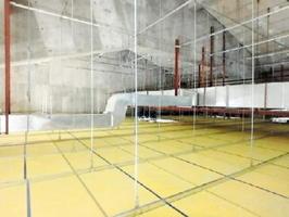熊本地震を受け、耐震工事を施した吉野ヶ里町の三田川小体育館のつり天井(吉野ヶ里町提供)