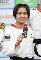 柔道世界選手権の女子48キロ級で獲得した銀メダルを手に笑顔の渡名喜風南=20日、バクー(共同)